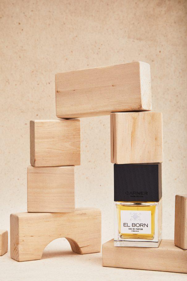 parfüm mit bauklötzen auf fotohintergrund