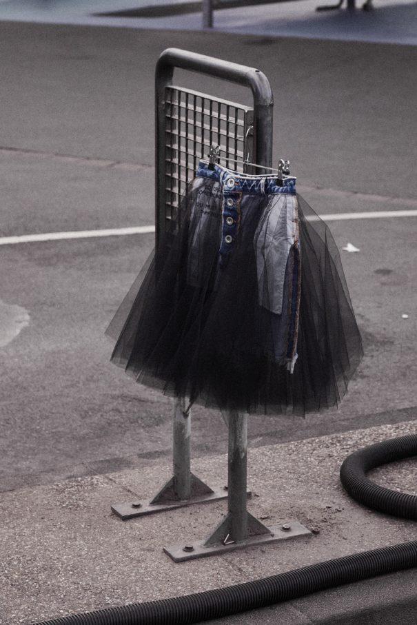 rock mit kleiderbügen auf der straße an stange aufgehangen