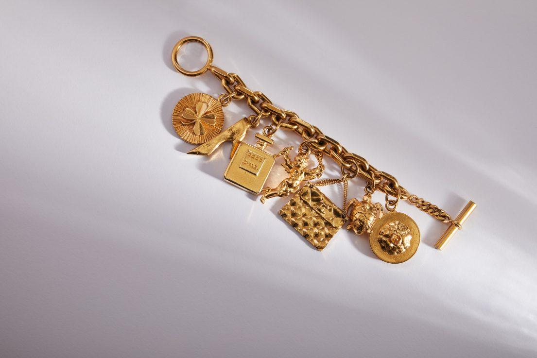 armband von cahnel aus gold auf fotohintergrund